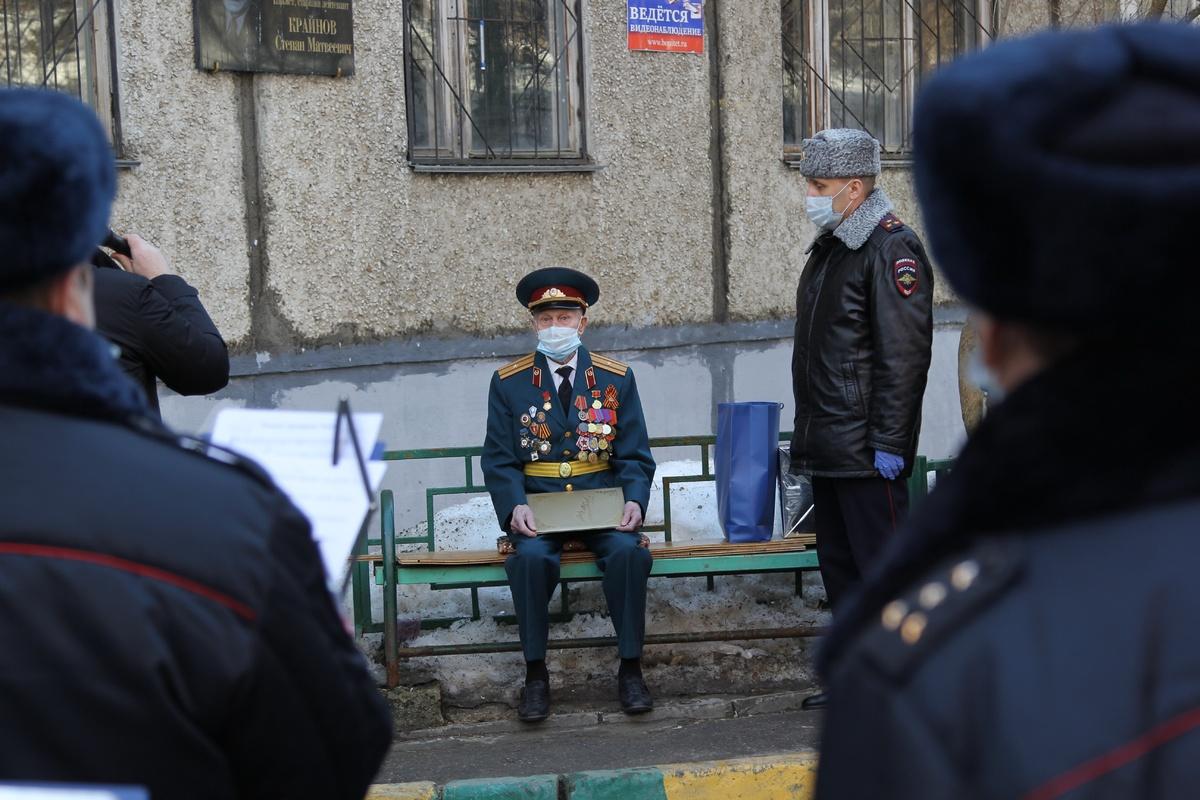 Оркестр ГУ МВД в Нижнем Новгороде поздравил ветерана под окнами его дома - фото 1