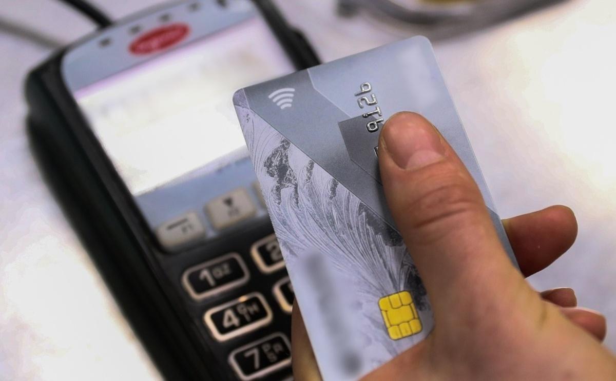Нижегородец нашел банковскую карту 17-летней девушки и оплачивал ей покупки - фото 1