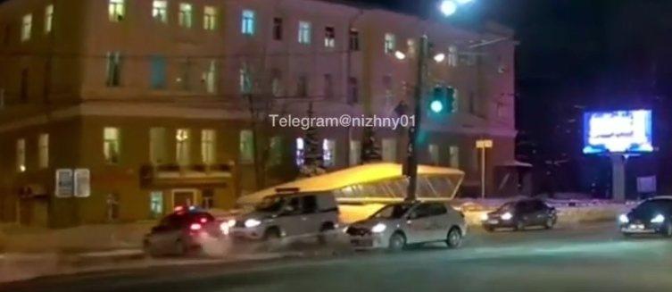 Две полицейские машины столкнулись в центре Нижнего Новгорода - фото 1