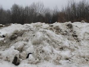 Свежие могилы на Ново-Сормовском кладбище завалили огромными снежными кучами