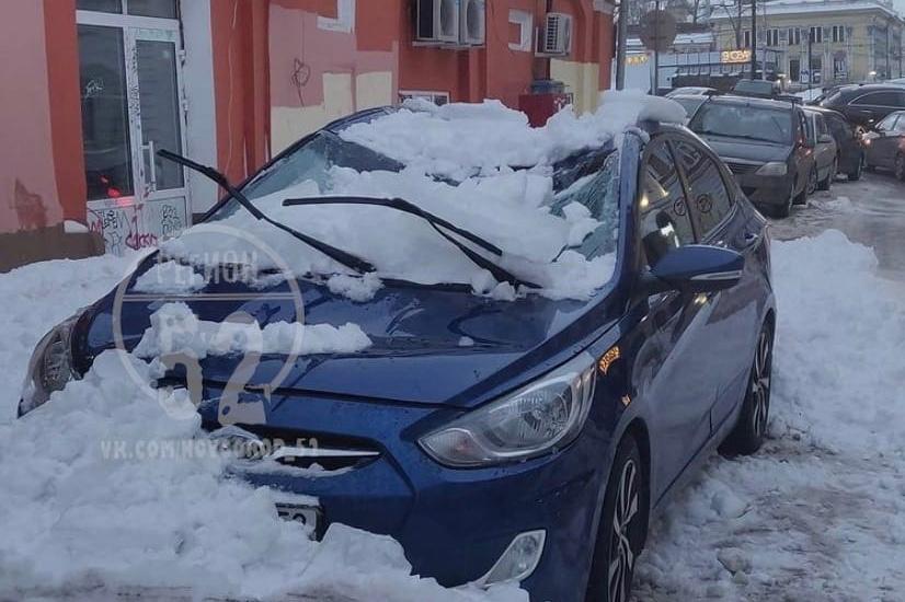 Еще на одну машину обрушился снег в Нижнем Новгороде - фото 1