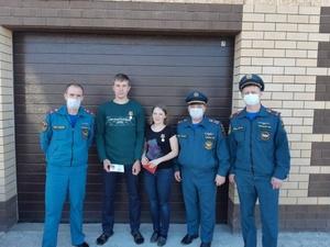 Учительницу и слесаря из Ворсмы наградили медалью за спасение пожилой женщины в пожаре