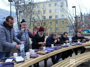 Чемпионы по поеданию ребрышек съели порцию за три минуты в Чернопрудском сквере