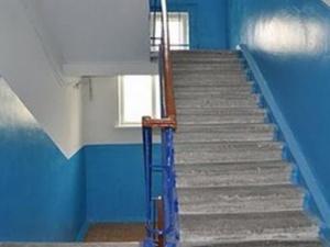 Так вот для чего красили края лестниц во времена СССР