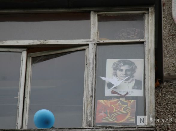Пустые улицы и «Бессмертный полк» на балконах - фото 38