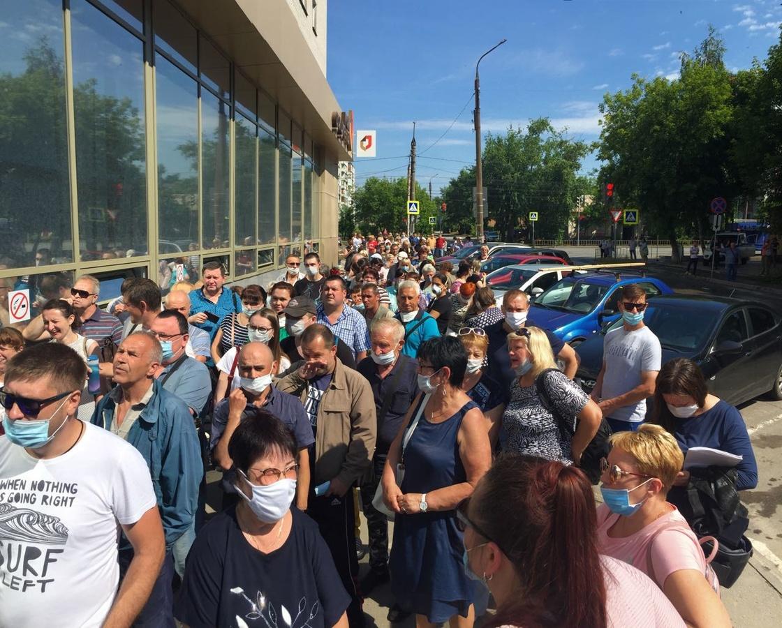 Огромные очереди собрались у МФЦ в Дзержинске во время эпидемии - фото 1
