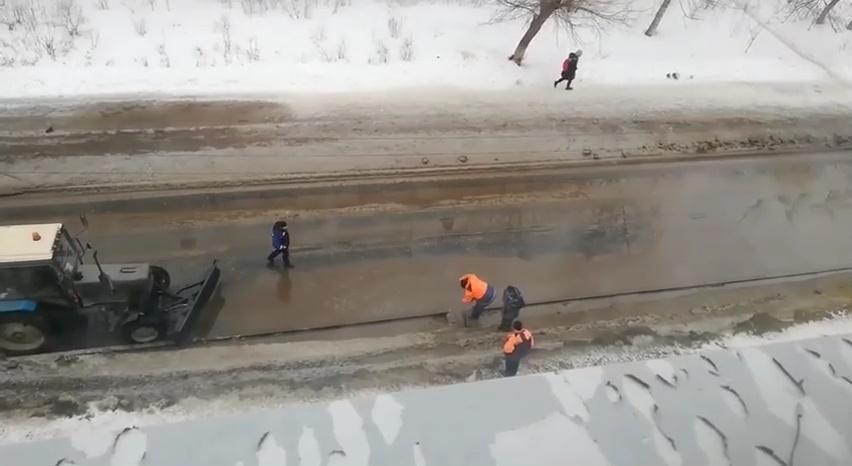 На нетривиальный способ осушения лужи обратил внимание житель Дзержинска - фото 2