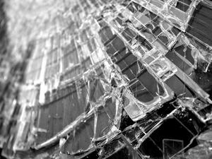 Иномарка протаранила столб на площади Горького: два человека пострадали