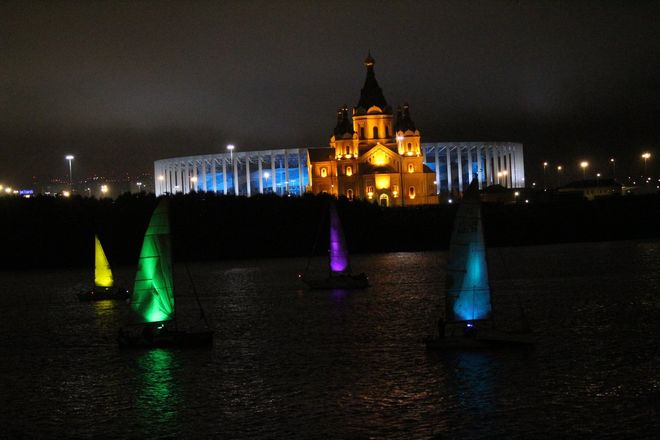 «Театр парусов» и 40-минутный фейерверк: яркое завершение Дня города в Нижнем Новгороде - фото 15