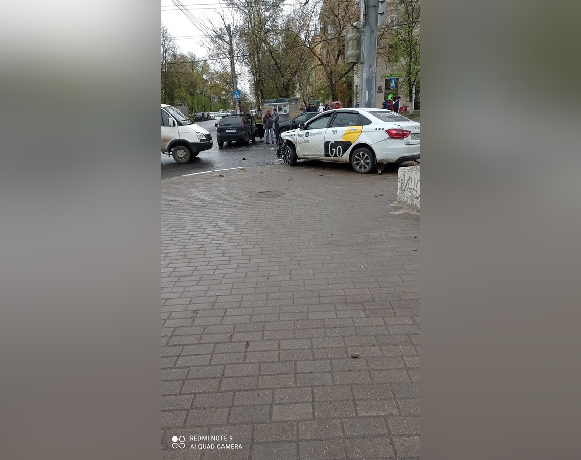Две легковушки столкнулись на проспекте Октября в Нижнем Новгороде