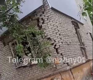 Трещина на стене появилась после взрыва газа в доме по улице Светлоярской в Сормовском районе - фото 1