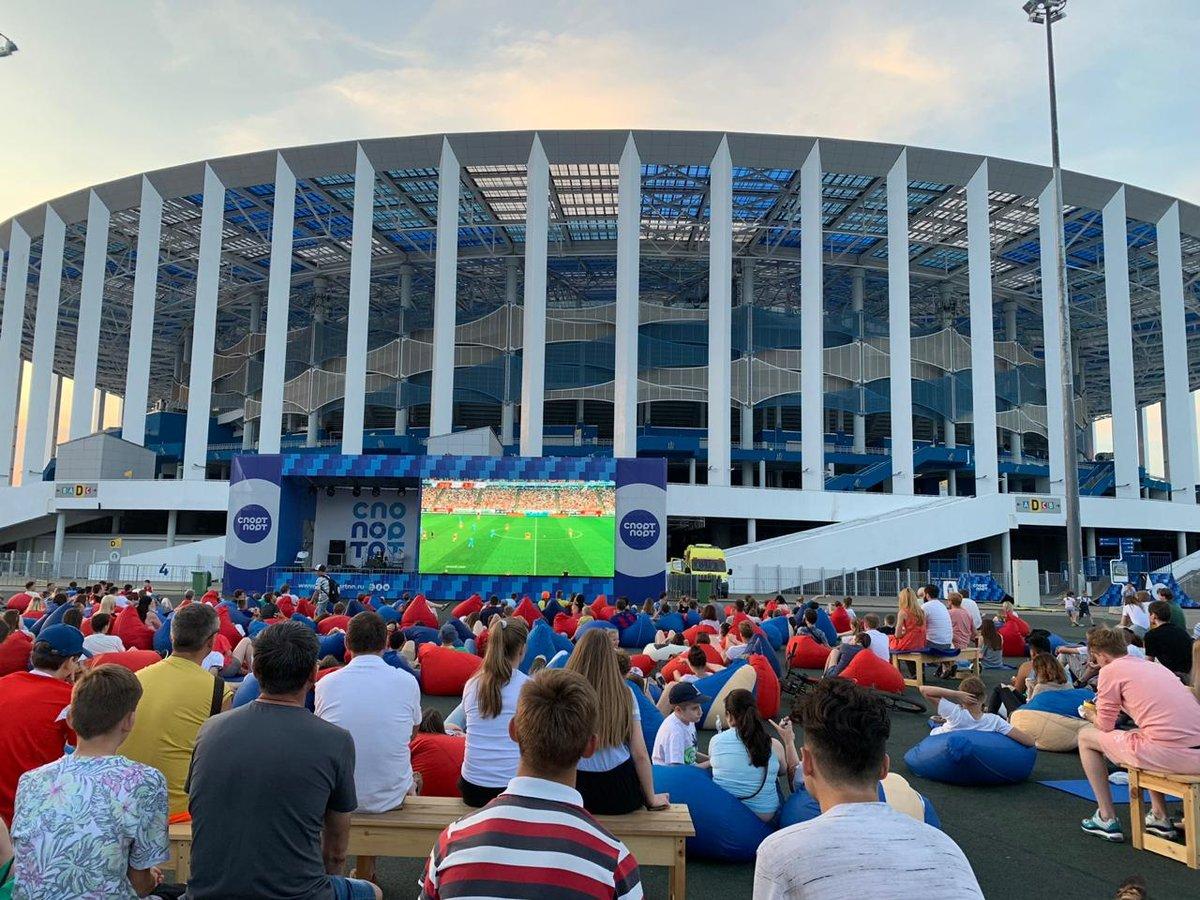 Более тысячи нижегородцев наблюдали на большом экране, как сборная России громила команду Сан-Марино - фото 1