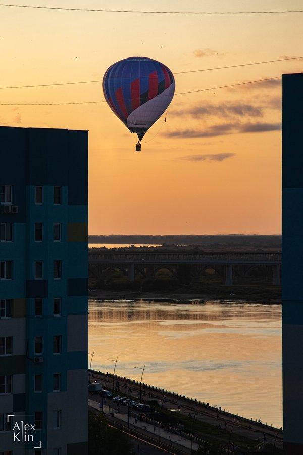 Вереница воздушных шаров проплыла в считанных метрах от окон жителей Канавинского района - фото 2