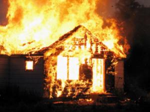 Женщина и три ребенка отравились дымом на пожаре в Сокольском районе