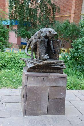 Кошка с книгой и лебединая верность: каких животных и за что увековечили в Нижнем Новгороде - фото 24